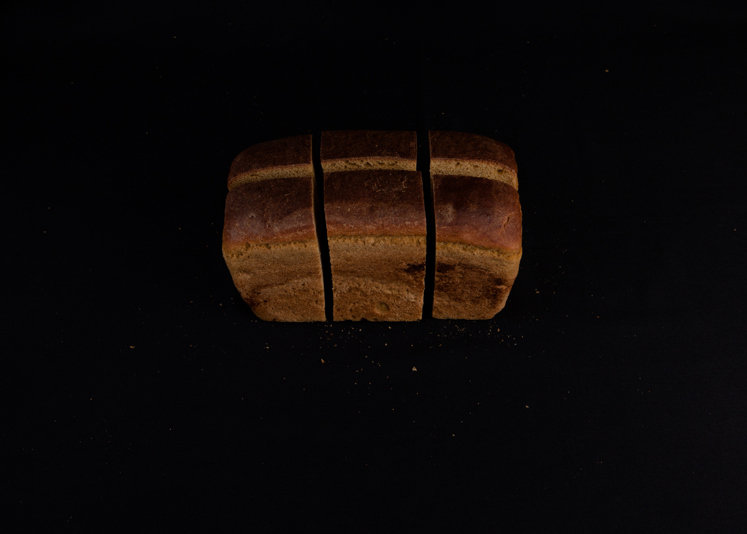Bread, cut into 6 parts, is served by prisoners in Belarus at every meal. The daily norm of bread in Belarusian prisons is 200 grams. Photo from ongoing
